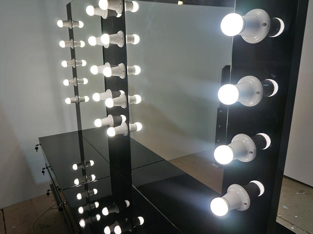 Зеркало с лампами по периметру