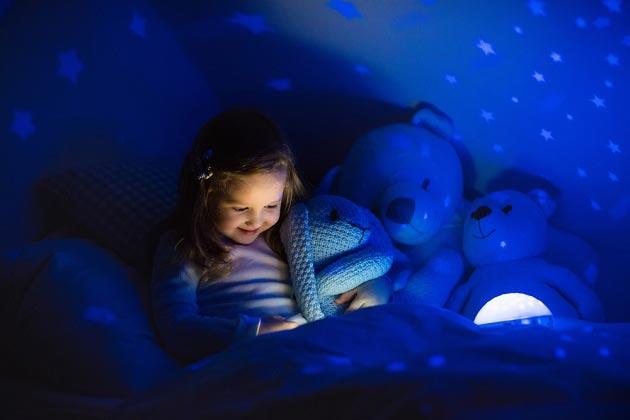 Ребенок радуется ночнику