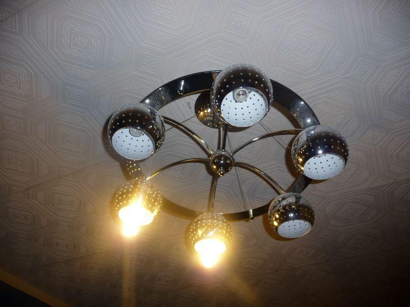 Люстра со сгоревшими лампами