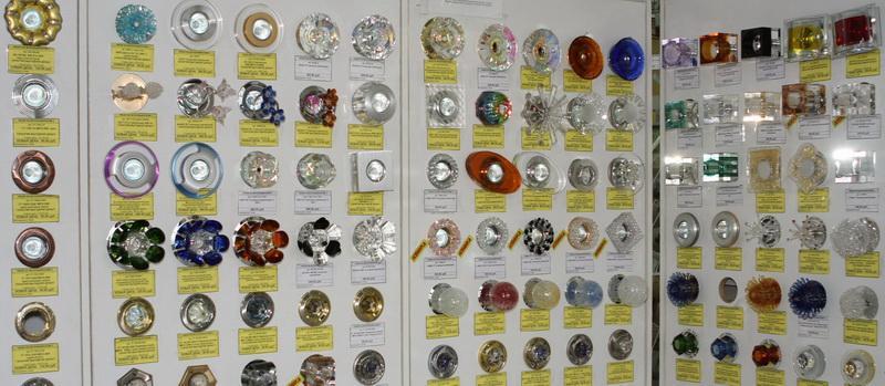Многообразие светильников на стеллаже