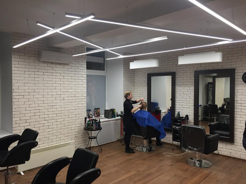 Стрижка клиента в парикмахерской