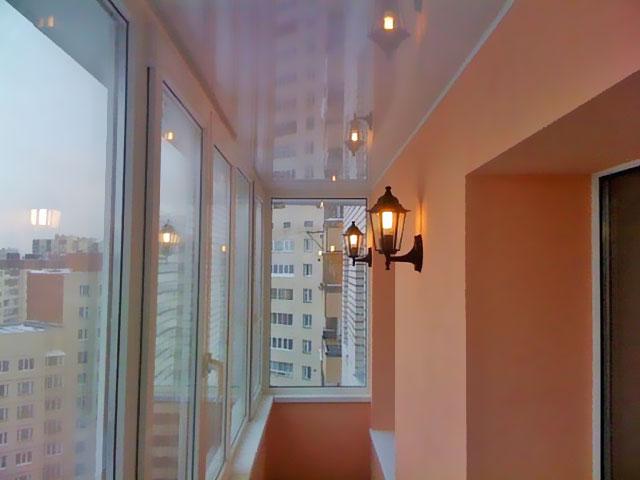 Настенные бра на балконе