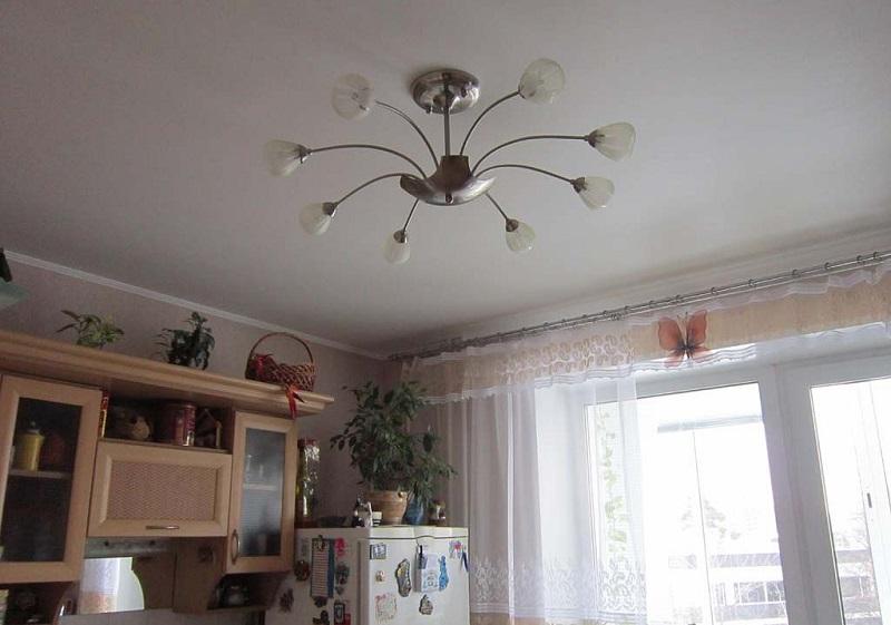 Люстра посередине потолка