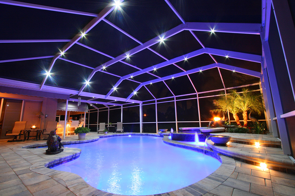 Красивый бассейн с освещением